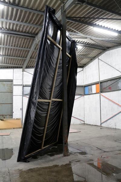 lisa schlenker | ohne titel | 2014 | keilrahmen, kunststoff, bitumen | 480 x 280 cm | baywatch | düsseldorf_no4